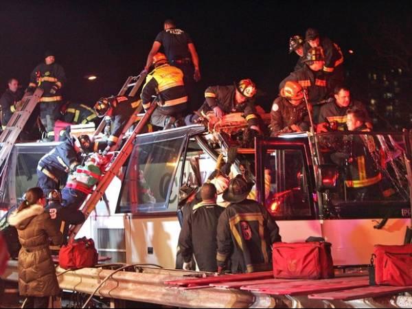 EUA: ônibus bate contra ponte, tomba e deixa mais de 30 pessoas feridas