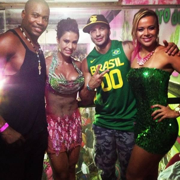 Gracy Barbosa usa look transparente e recebe ex-BBBs na Mangueira