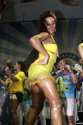 Juliana Alves samba muito, dá show de sensualidade e não liga para cliques indiscretos