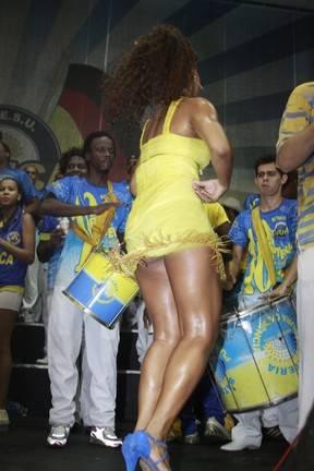 Juliana Alves se esbalda em samba e nem liga para cliques indiscretos