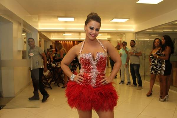 Viviane Araújo capricha no visual para ensaio do Salgueiro