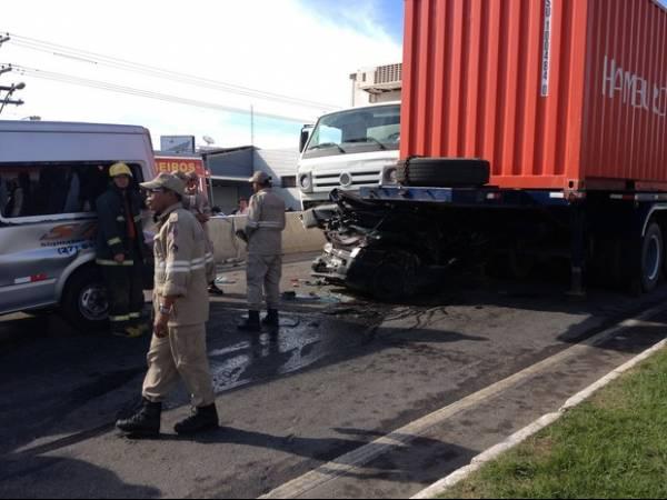 Carreta causa engavetamento com 10 veículos e deixa 2 mortos