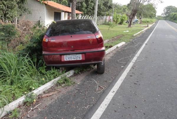 Carro fica parcialmente destruído em colisão