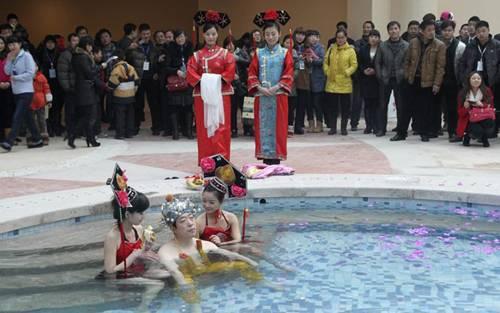 Chinês paga quase R$ 32 mil para ser 1º a usar piscina em inauguração