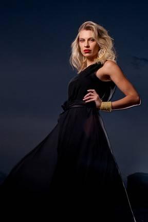 Ex-paquita Lana Rhodes mostra lado sexy em ensaio