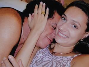 Viúva se emociona um  ano depois da morte de Wando: