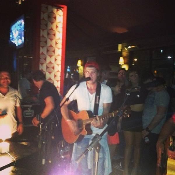 Isis Valverde baba pelo namorado, Tom Rezende, tocando violão
