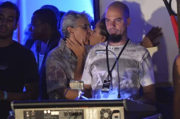 Calor na Bahia! Caetano Veloso troca beijos com morena durante show
