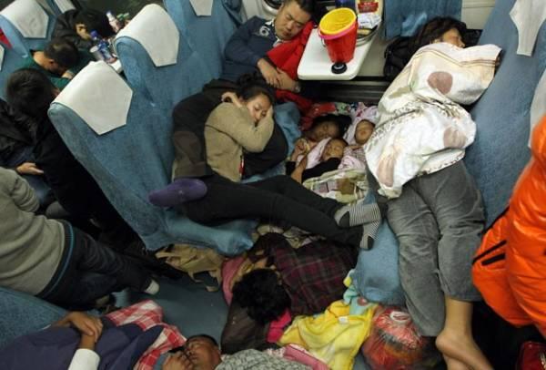 Chineses se espremem em trens durante viagem para Ano Novo Lunar