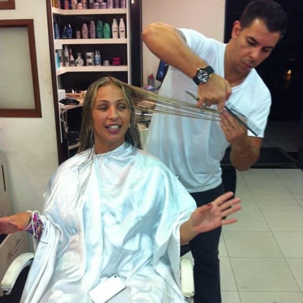 Valesca Popozuda clareia o cabelo e posa com papel laminado na cabeça
