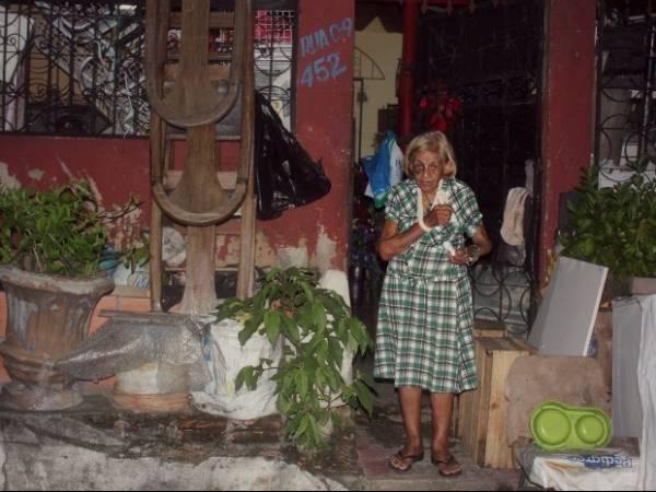 Vizinho é suspeito de agredir idosa por acumular lixo em calçada