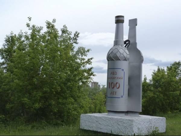 Escultura em forma de garrafa de vodca é derrubada na Rússia