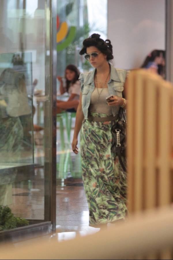 Giovanna Lancellotti passeia de bobs no cabelo em shopping no Rio