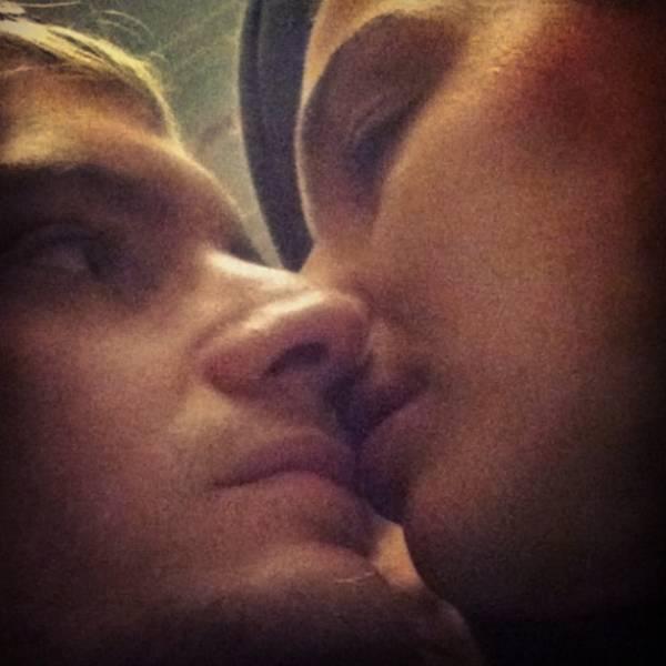 Namorado da atriz Isis Valverde posta  foto romântica: