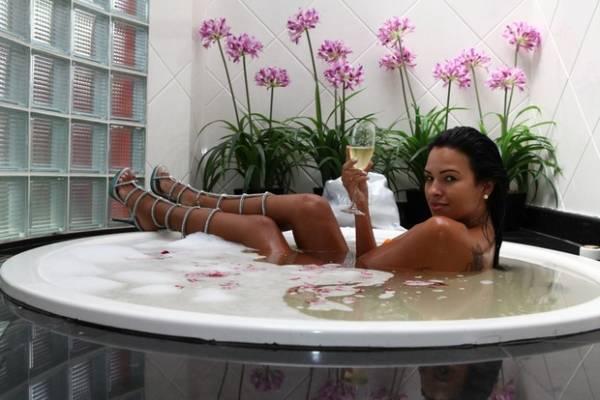 Com sandália de R$ 20 mil com que vai desfilar, Ariadna posa em banheira