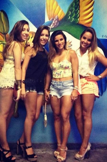 Ginasta Jade Barbosa veste shortinho e curte o pré-carnaval com amigas
