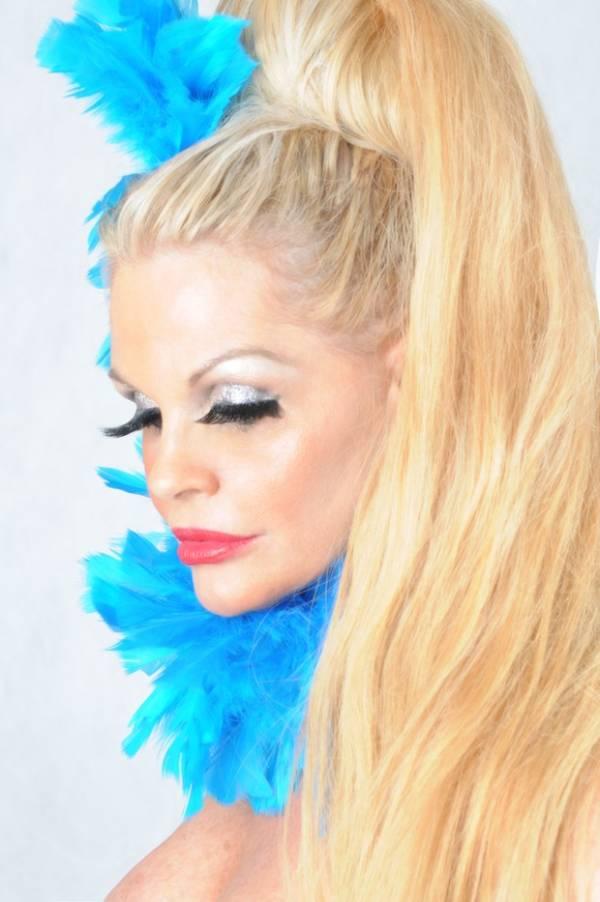 Monique Evans faz ensaio em clima de carnaval
