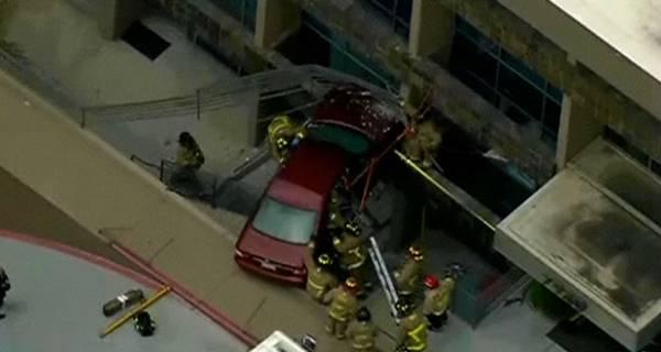 Motorista escapa após carro ficar pendurado sobre escada nos EUA