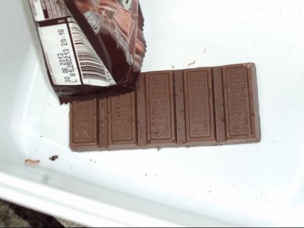 Mulher diz ter encontrado larva viva em barra de chocolate