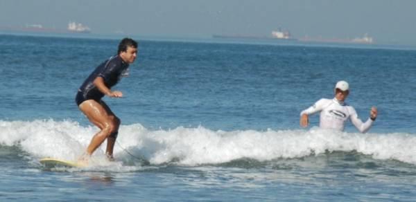 Surfista cego supera falta de material em braile e se forma em Educação Física
