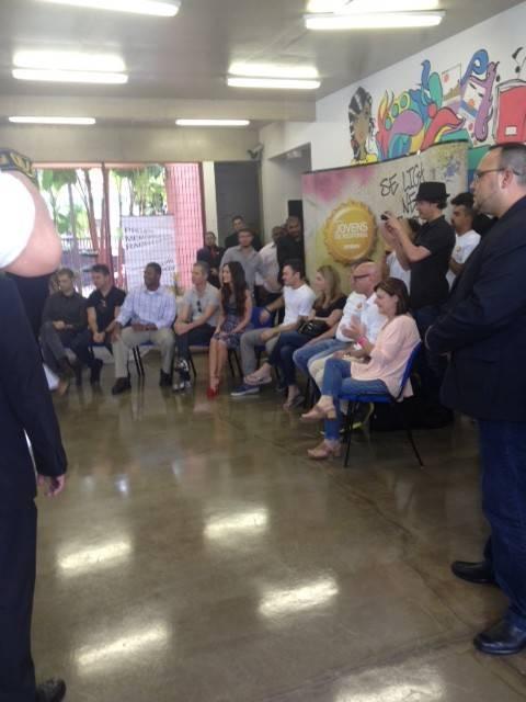 Ao lado do marido, Megan Fox visita favela de Heliópolis em São Paulo