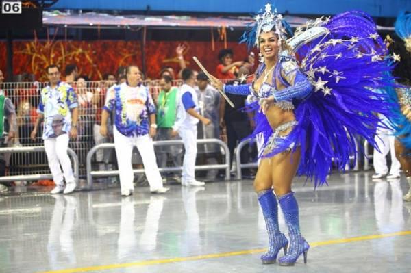 Barriga da mulher de Diogo Nogueira chama atenção em desfile em SP