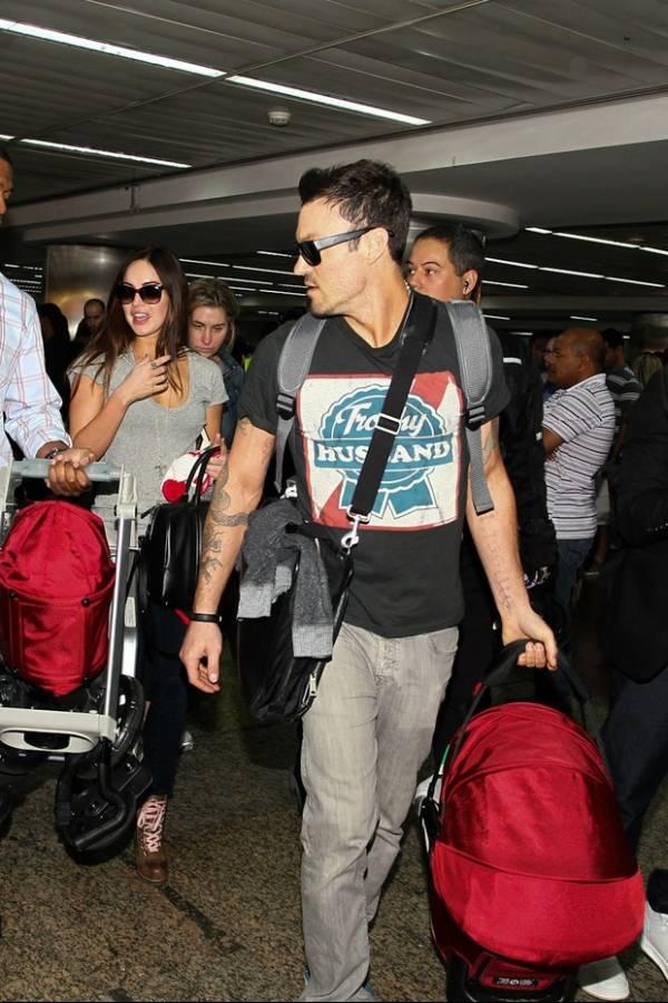 Com look casual, Megan Fox chega ao Brasil com marido e filho