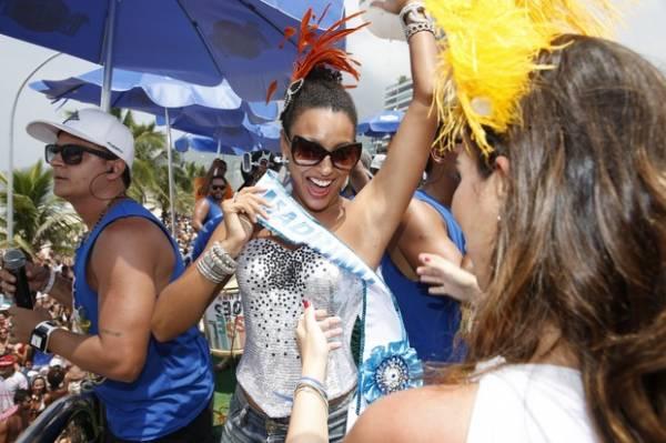 Grávida de quatro meses, Juliana Paes curte bloco de funk no Rio