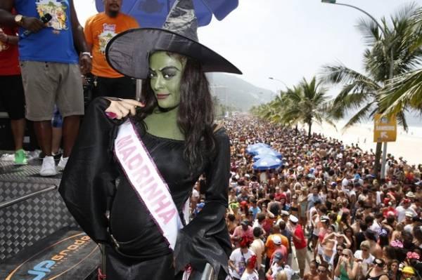 Grávida, Juliana Paes posta foto fantasiada de bruxa