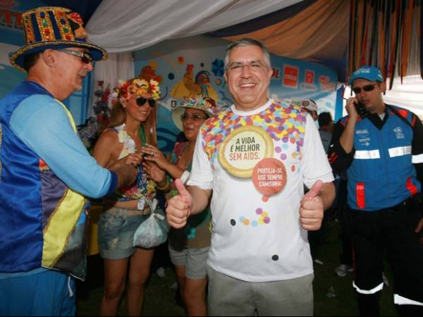 Ministros de Dilma participam de festas de carnaval pelo país