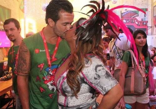 Na base do beijo! Famosos se pegam no Carnaval e beijo rende até pedido de casamento