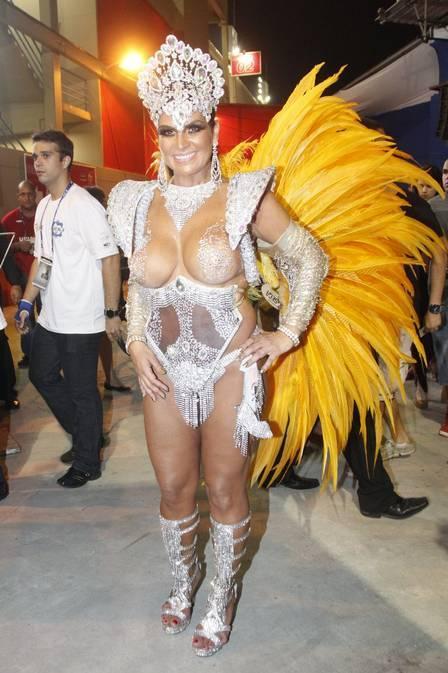 Solange Gomes se atrasa, se arruma às pressas e chora ao entrar na Avenida