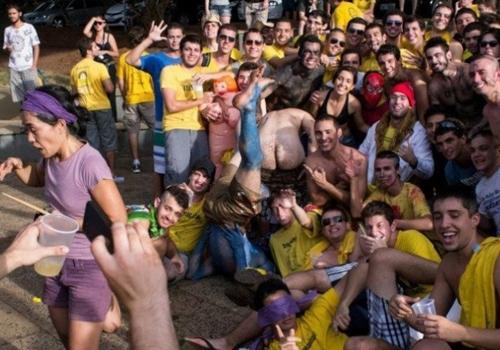 Alunos da USP ficam pelados em trote para hostilizar feministas em São Carlos