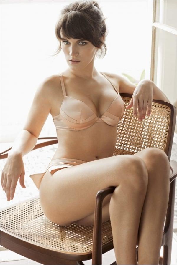 Bianca Bin posa de lingerie para revista masculina