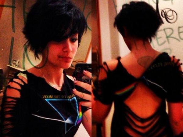 Filha de Michael Jackson posta foto com look roqueira