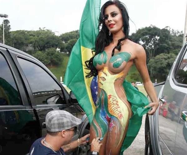 Gata do Paulistão 2012, tira fotos nua em frente ao Pacaembu