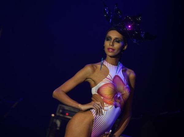 Após mudança de sexo, Lea T desfila em evento de São Paulo