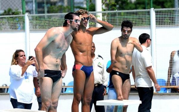 Nadador americano Michel Phelps visita crianças na Rocinha