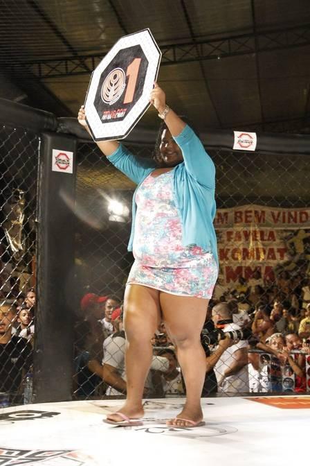 Ring girl plus size se apaixona por lutador em evento: