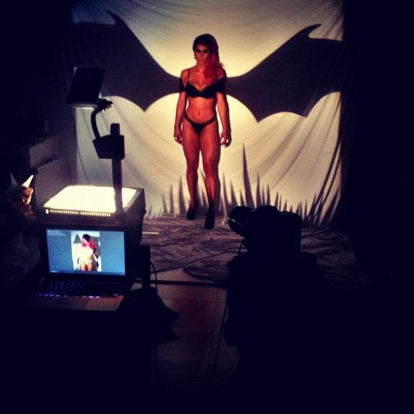 Thaís Bianca posa de biquíni com asas de morcego em ensaio