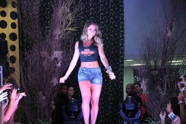 Carol Narizinho desfila de top e shortinho no Espírito Santo