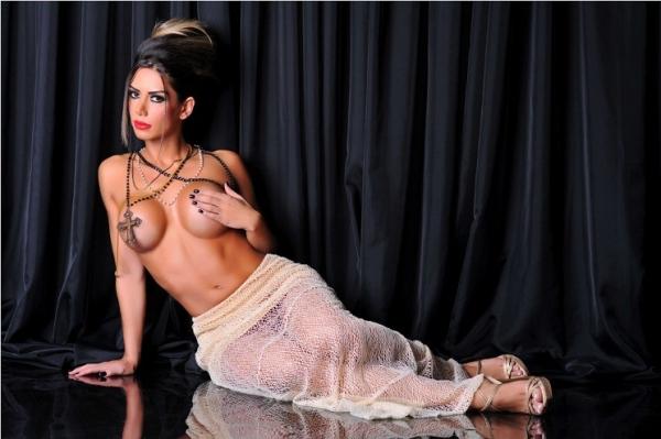 Graciella Carvalho faz ensaio sensual de topless e crucifixo