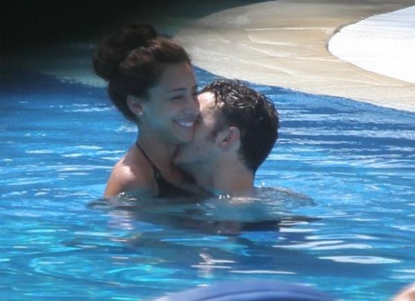 Kevin Jonas aproveita momentos românticos em piscina de hotel