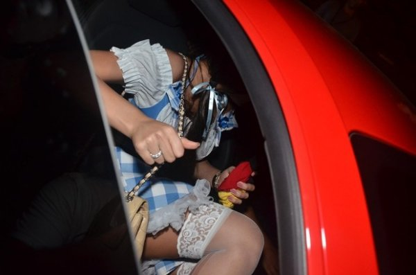 Neymar vai de Quico a festa com a amada e se irrita com fotógrafo