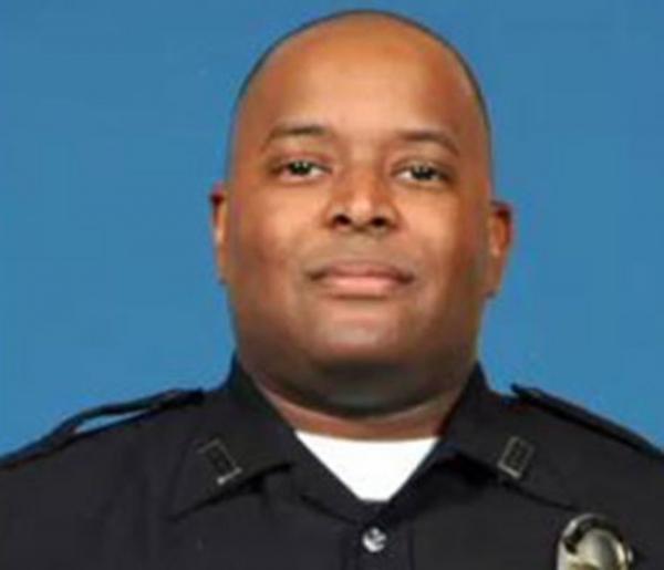 Policial é multado em US$ 2 por dar tapas em suspeito algemado nos EUA