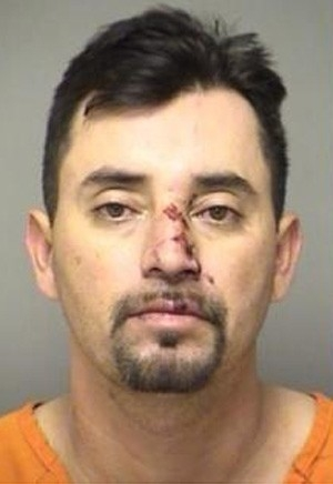 Após ser barrado em visita, bêbado joga carro contra muro da prisão