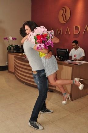 Ex-BBB Eliéser faz surpresa para Kamilla com direito a beijo: ?Ela precisa de carinho
