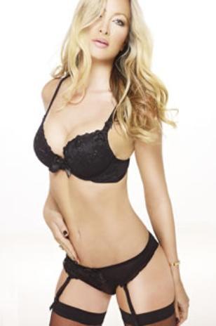 Modelo de 41 anos posa para coleção de lingerie