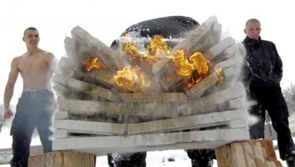 Soldado usa cabeça para quebrar blocos de concreto em chamas