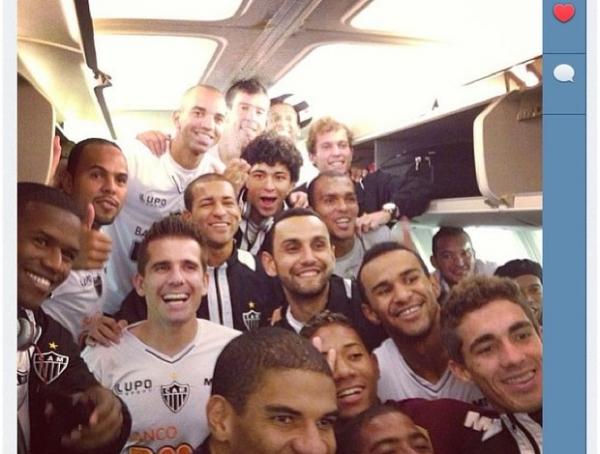 Atletas do Atlético-MG fazem festa em voo fretado na volta de La Paz